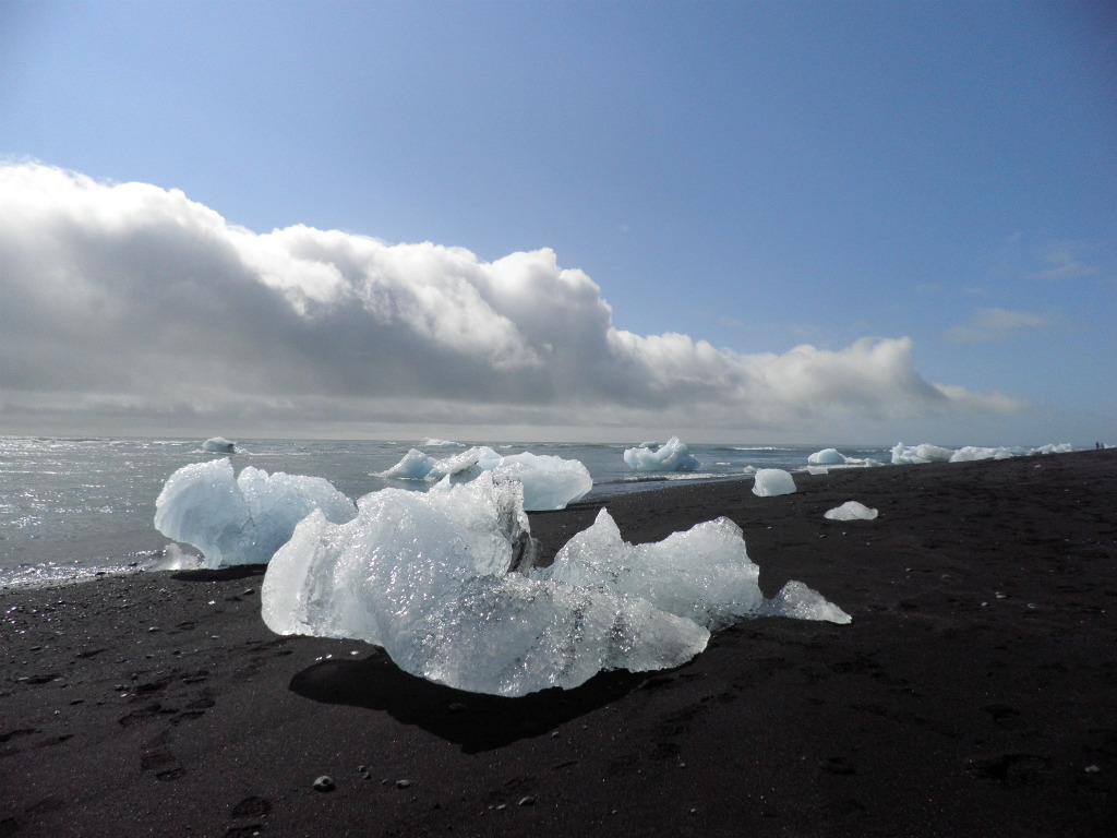 Lago glaciar Jökulsárlón: Icebergs en la playa donde desemboca el Jökulsárlón. Foto: Elena Domench Sorbet – Ruta del sur de Islandia