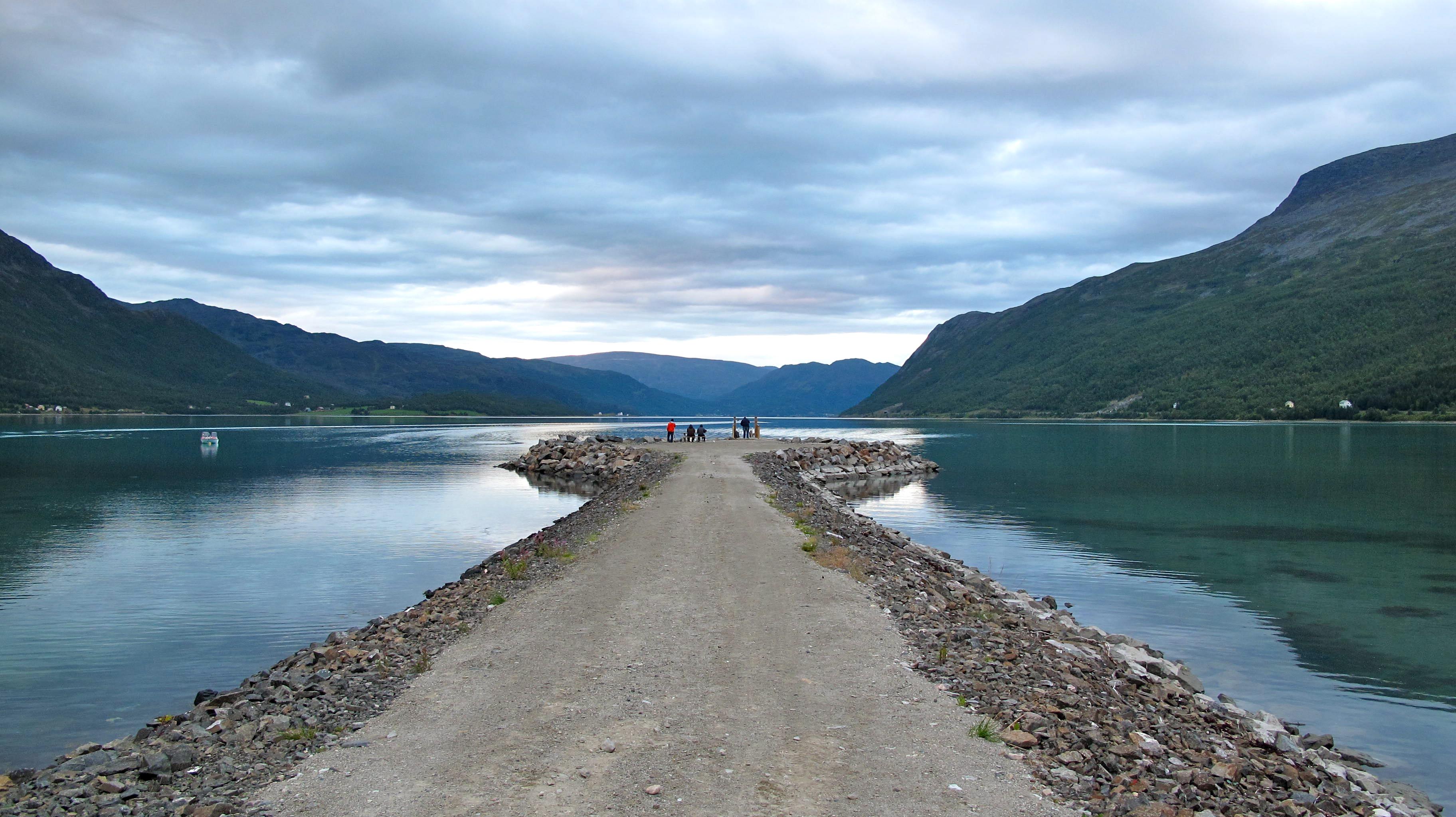 Viaje: Las 4 Laponias y Cabo Norte; Noruega, Suecia, Finlandia y Rusia Categoría: Tu fotaza Descripción: Esta es sin duda mi foto favorita del viaje. La he impreso en tamaño 50X70cm y enmarcada descansa sobre la pared de mi habitación. Cada día al verla me transmite una calma maravillosa y me recuerda uno de los mejores viajes que he realizado. Esta foto la tomé en algún lugar cerca de Kafjord. De camino entre Alta y Oksfjord en Noruega. Para ese entonces, ya habíamos visitado el museo rupestre de Hjemmeluft e instalados en nuestras cabañas preparábamos una magnífica barbacoa de carne, pescado y verduras. En la foto se pueden distinguir múltiples tonos de verdes y azules. Al final del camino, se ven cuatro personas pescando en compañía de un perro.