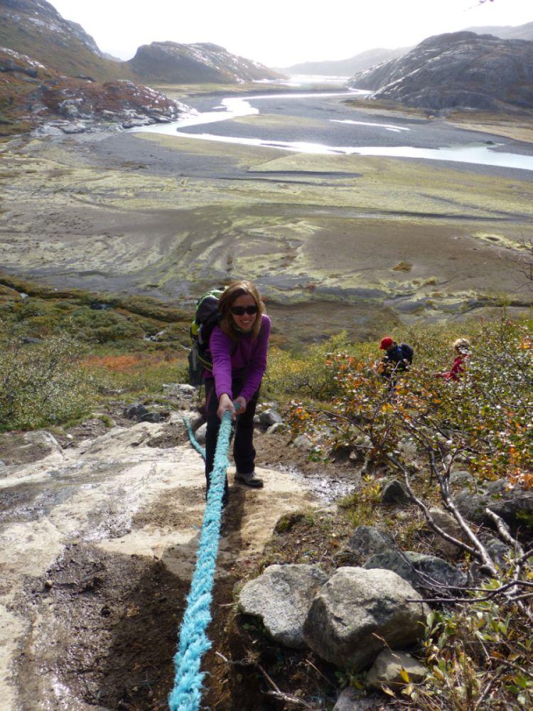 """Descripción: Dejando atrás el Valle de las Mil Flores, aprovechamos las sogas para poder sortear el desnivel y  llegar al impresionante glaciar Kiattut. Realmente valió el esfuerzo!!! Categoría: """"Exploración"""""""