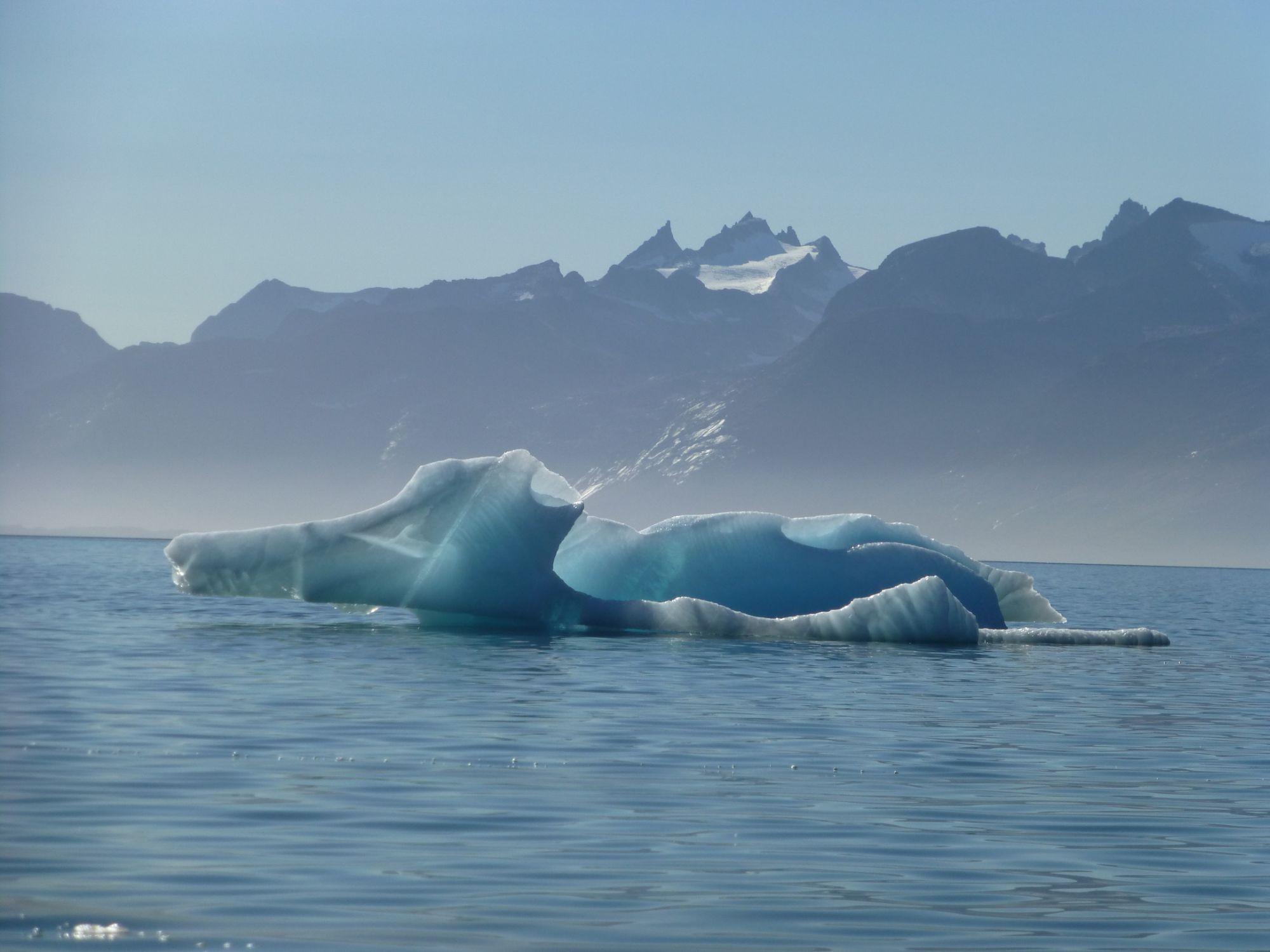 """Descripción: Una isla de ensueño, un clima inmejorable, una baño en aguas termales y este icebergs mostrando su belleza frente a las costas de Uunartoq. Categoría: """"Tu fotaza"""""""