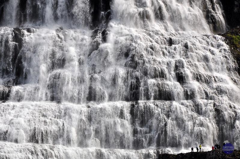 """Viaje de referencia - La gran vuelta de Islandia (julio 2015) Foto 1 - Agua - Fortaleza (Islandia)      Está tomada en la Cascada de Dynjandi, y he querido representar la fortaleza del     agua contrastándola con las siluetas humanas. Categoría de """"TU FOTAZA""""."""