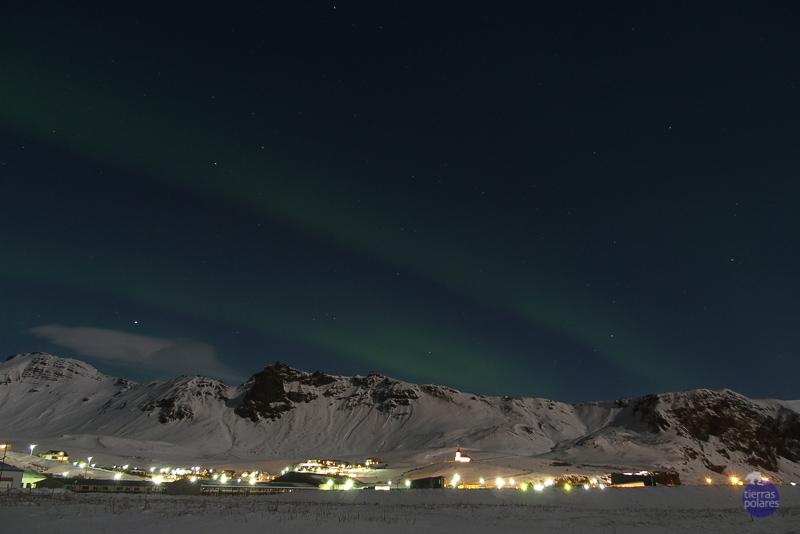 Viaje donde fue tomada la foto Islandia Breve descripción personal de la foto vista de vik con sus luces y aurora Categoría de la foto en la que participa 3.- Tu fotaza