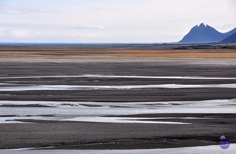 """Foto 2 - Batman vigía (Islandia) Está tomada en el estuario del Jökulsá í Loni, en Statafell (fiordos del Este). La planicie de sedimentos bajo la silueta de la montaña Brunnhorn, cual si fuera el emblema de Batman. Categoría de """"TU FOTAZA""""."""