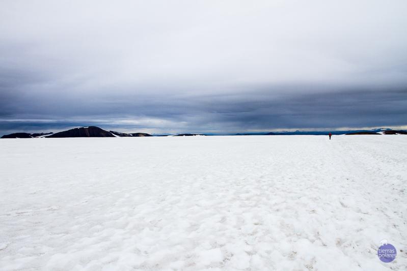 1ª Jornada de Landmannalaugar a Hraftinnusker Me impresiona este paisaje horizontal e infinito de donde surge alguna pequeña elevación negra que destaca sobre el blanco. El excursionista  parece perdido dentro de la imagen.
