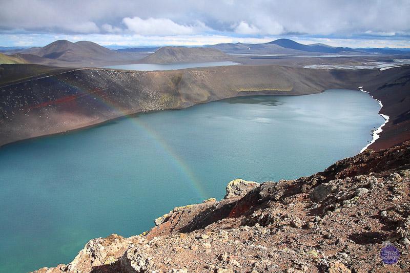 Mi fotaza:  cráter Ljotipollur Nombre del autor: Xavi Mestres Viaje donde fue tomada la fotografia: Ruta sur de Islandia Breve descripción: Esta fotografia está tomada en el cráter Ljotipollur y tuvimos la suerte que por un instante salió el arco iris, dando asi, una captura única.