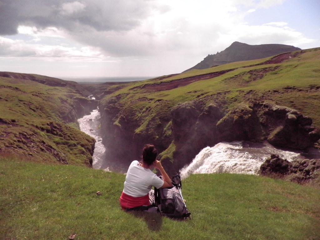 Río Skoga: descanso en el trekking del río Skoga. Foto:  Irene Domench Sorbet – Ruta del sur de Islandia