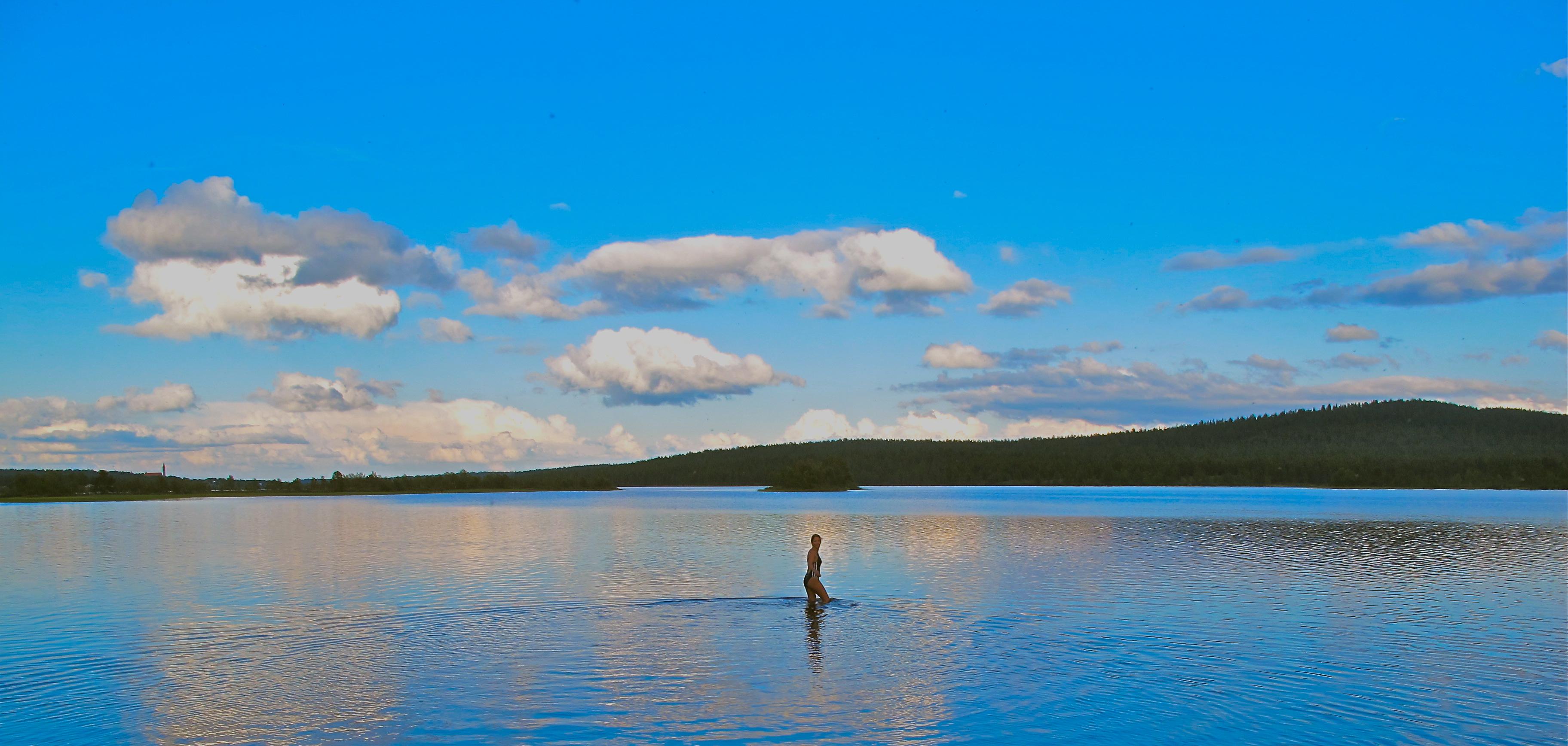 Viaje: Las 4 Laponias y Cabo Norte; Noruega, Suecia, Finlandia y Rusia Categoría: Foto con más espíritu de exploración Descripción: Corría el cuarto día de nuestro espectacular viaje. Luego de realizar una espléndida visita cultural por la ciudad de Kiruna, en la Laponia Sueca, nos dirigimos a Enontekio en el norte de Finlandia. Maravillados por los paisajes cargados de variados verdes e innumerables lagos, cuando creíamos que las cosas ya no podían ir mejor, nos encontramos de cara al lago que lleva el mismo nombre que la ciudad que lo acoge. Realizamos una excursión en canoa por sus tranquilas aguas al atardecer. Al finalizar el paseo, y para cerrar el día con broche de oro, animosamente me sumergí en el lago y me largue a nadar para recargarme de energía pensando además en el sauna que me esperaba al llegar a las cabañas.