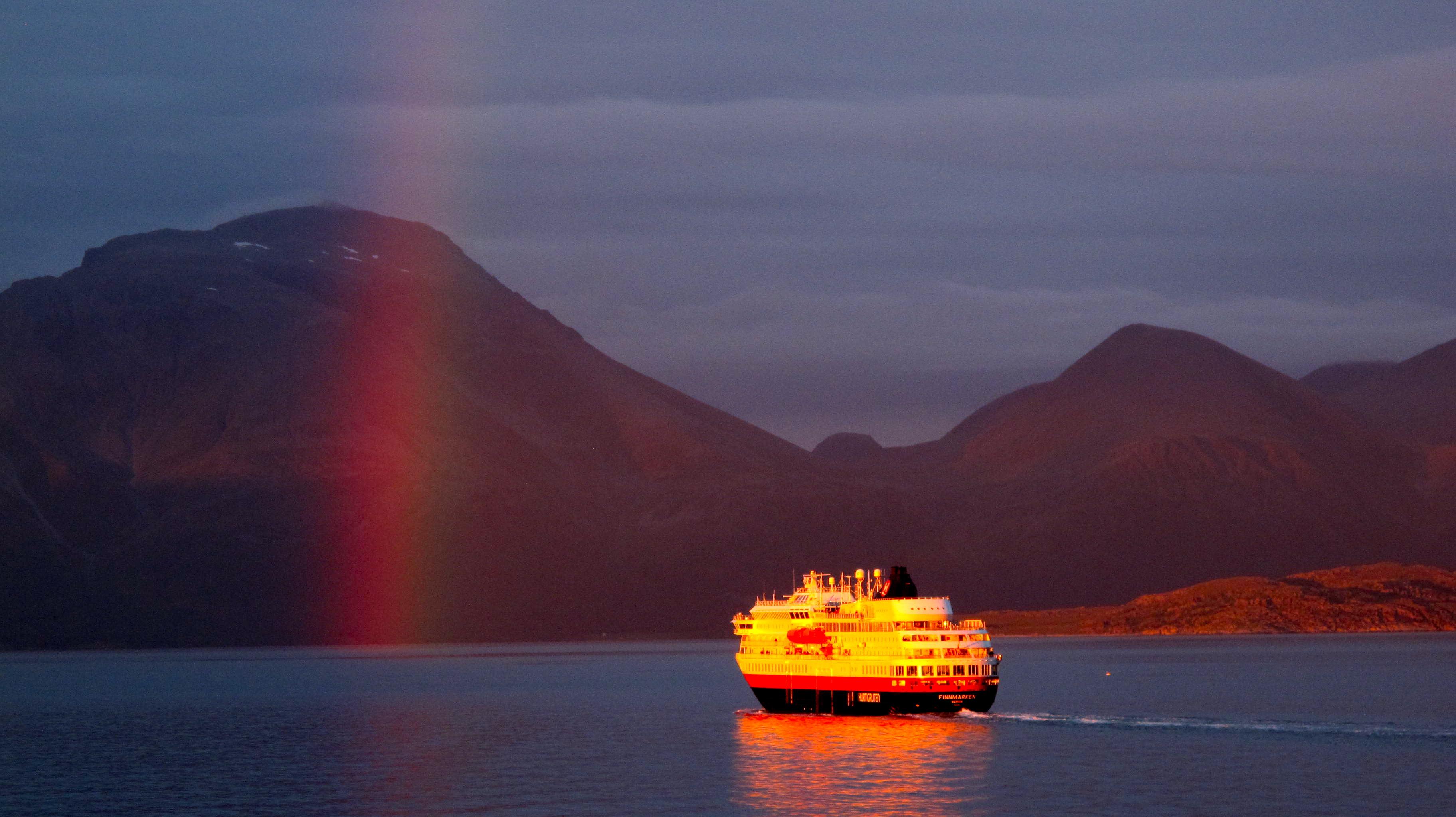 Viaje: Las 4 Laponias y Cabo Norte; Noruega, Suecia, Finlandia y Rusia Categoría: Fotaza Descripción: Esta foto fue tomada en la culminación del viaje. El último día, en el puerto de Skjervøy, nos embarcamos en el expreso costero Hurtigruten para regresar a Tromso en Noruega. Fue un espectacular viaje de cuatro horas a bordo del barco. El mar tranquilo y los colores del atardecer hacían de la navegación el plan perfecto. Para mi suerte, y la de otros que estaban en cubierta en ese momento, coincidió en espacio y tiempo uno de los arcoiris más bellos que he visto, el paso en dirección contraria de otro barco como el nuestro y un rayo de sol que delicadamente descansaba sobre él. Y así nació esta foto que con mucho gusto les presento.