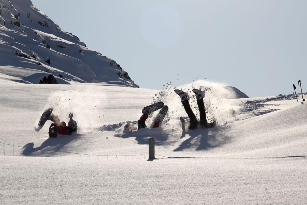 1-‐Foto más divertida. Al finalizar una travesía de raquetas, tres compañeras de viaje deciden terminar dándose un revolcón en la nieve.