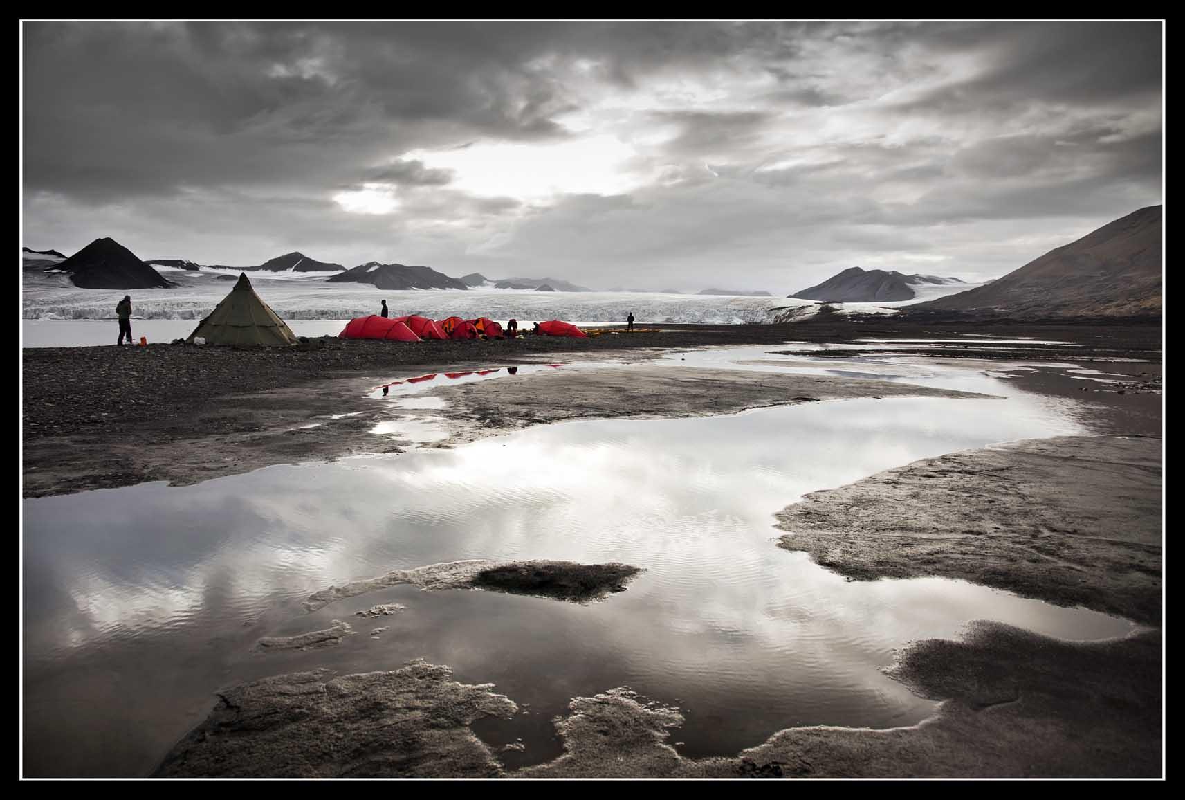 VIAJE: SVALBARD AGOSTO 2013 CATEGORIA: TU FOTAZA Svalbard es un lugar salvaje, capaz de mostrarte su cara más dura, pero también momentos únicos con calmas difíciles de encontrar en muchos sitios. La foto está sacada después de una tempestad en el campamento BOREMORENEN.