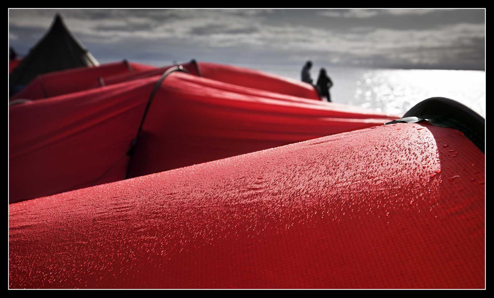 VIAJE: SVALBARD AGOSTO 2013 CATEGORIA: TU FOTAZA En un lugar tan remoto, donde la climatología se muestra a veces muy dura, las tiendas eran nuestro hogar. Esta foto significa mucho, la tranquilidad de tener un lugar donde cobijarse.