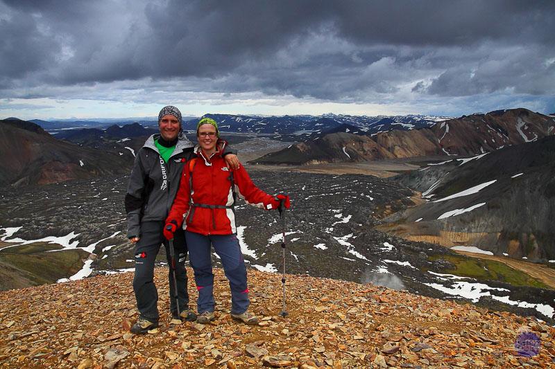 """""""Foto con más espíritu de exploración. Tomada en Landmannalaugar (Tierras Altas de Islandia)"""" """"tras la lluvia de agua-nieve durante la ascensión a pie de una de las cimas de la zona entre fumarolas para admirar el paisaje que nos rodeaba bajo unos nubarrones imponentes y un silencio roto únicamente por el viento: montañas medio nevadas vestidas con un manto de riolita y rodeadas de  cráteres y campos de lava seca sobre la cuál crecía el más denso musgo"""" """"que haya visto jamás."""""""