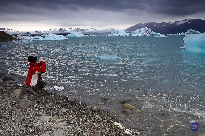 """""""Foto más divertida: Realizada en el Lago Glaciar Jokulsárlón, donde resulta una proeza realizar"""" """"una fotografía en condiciones ya que los icebergs se mueven o deshacen a merced de las aguas glaciares, a pesar de hacerlo lentamente, y el cuadrante de la foto iba cambiando por momentos. Así lo percibieron también un grupo reducido de chinos, que también intentaban inmortalizar el paisaje sin éxito: fue divertido escuchar los comentarios al respecto y"""" """"comprobar que no era la única persona incapaz de tomar una foto en un paraje tan tranquilo..."""""""
