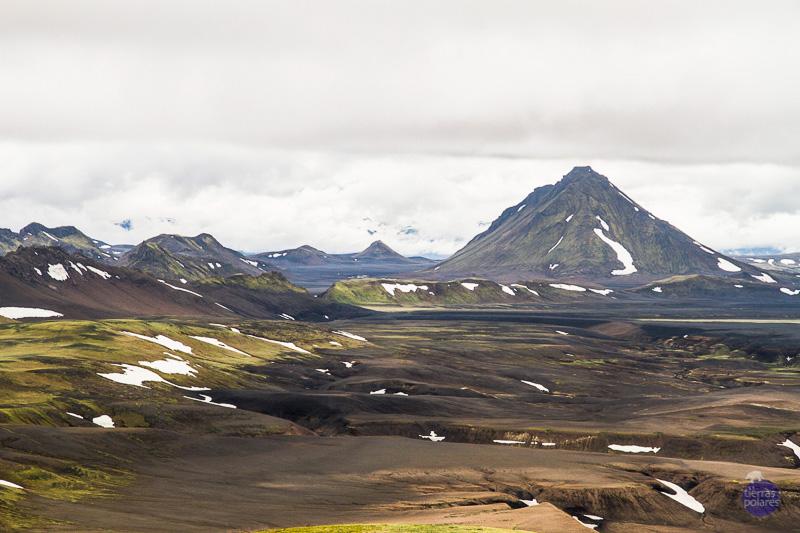 """2 ª Jornada Álftavant. Vista de los alrededores del refugio de Álftavant Los volcanes que se suceden hasta donde alcanza la vista, y estos colores especiales, verdes, ocres, negros y la luz """"especial"""" de Islandia."""