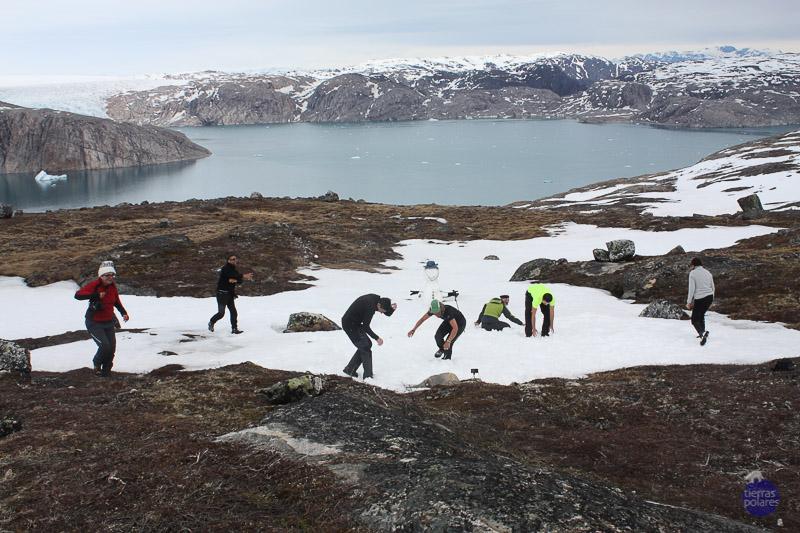 """Viaje donde fue tomada la foto: La Ruta de Eric el Rojo Breve descripción personal de la foto: Después de una fantástica caminata hast el lago Tasersuatsiaq y subir a las montañas, descubrimos unas impresionantes vistas del casquete glaciar polar y de los """"Nunataks""""; picos montañosos rodeados del hielo; y el fiordo Qarelaliq, donde pudimos comprobar el retorno de los glaciales por los efectos del cambio climático, paro también la nieve, donde """"reforzar el espíritu de grupo"""" construyendo un muñeco que nieve que terminó en batalla de bolas de nieve Categoría de la foto en la que participa: Foto más divertida"""